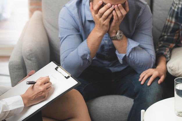 Psicólogo que fala com o casal sobre a depressão do marido.
