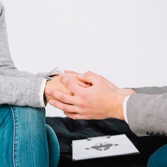 Psicólogo, sentando, e, toque, mão, de, jovem, mulher deprimida, para, encorajamento