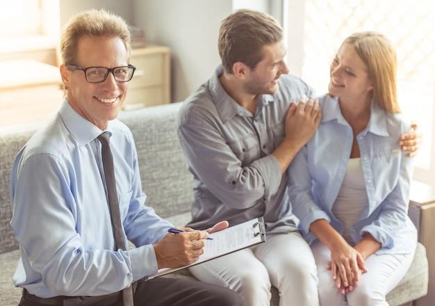 Psicoterapeuta envelhecido médio considerável no terno.