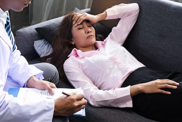 Psiquiatra está conduzindo uma consulta à mulher do estresse,