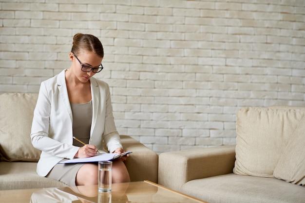 Psiquiatra feminino fazendo anotações