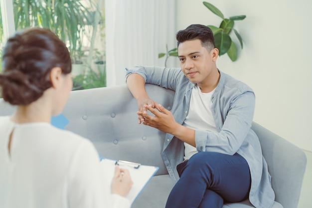 Psiquiatra ouvindo sua paciente que passou por eventos traumáticos