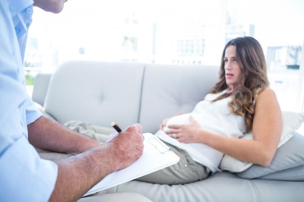 Psiquiatra que aconselha a mulher pregadora relaxando em casa