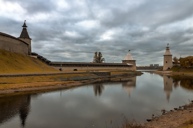 Pskov em outubro as margens do rio pskova pskov rússia