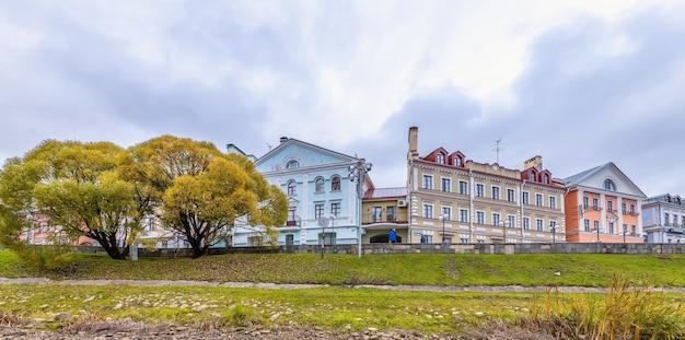 Pskov em outubro pskova river embankment pskov rússia