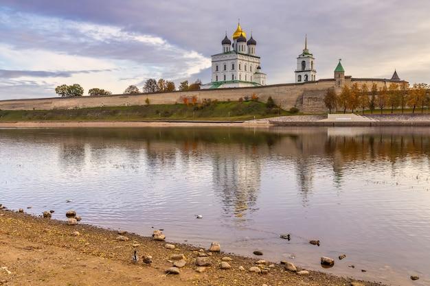 Pskov kremlin pela manhã. catedral da trindade, pskov, rússia