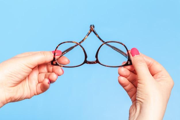 Ptometrist dando novos óculos ópticos