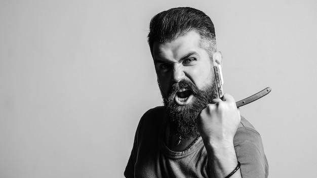 Publicidade de barbearia. homem brutal com navalha vintage.