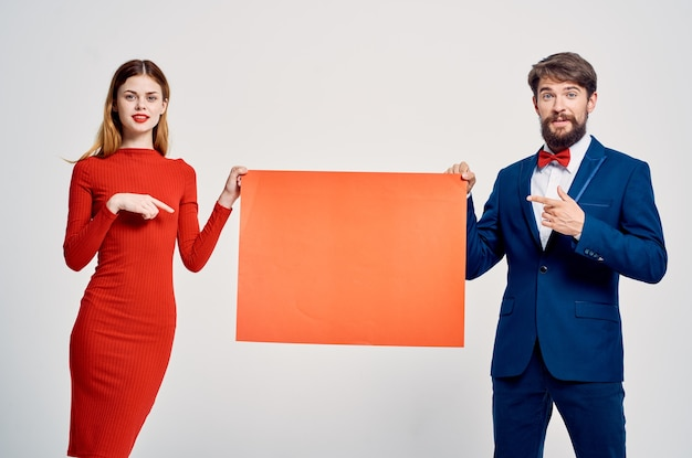 Publicidade de desconto de pôster de maquete de homem e mulher de negócios
