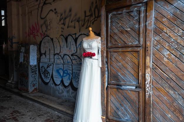 Publicidade de uma loja de vestidos de noiva. manequim em um vestido de noiva na rua