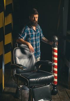 Publicidade e conceito de barbearia. cabeleireiro e barbeiro.