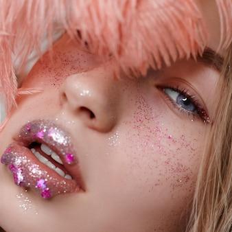 Publicidade maquiagem belos lábios carnudos cor rosa brilhante, aparência de mulher, salão de beleza. publicidade cuidados com o rosto, lábios perfeitos, moda beleza maquiagem e cosméticos