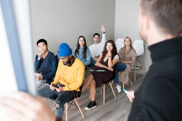 Público jovem na aula de treinamento