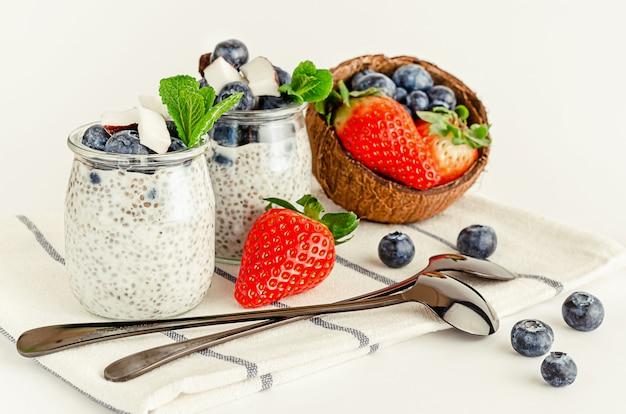 Pudim caseiro de sementes de chia com frutas, coco e hortelã. conceito de alimentação e superalimentos saudáveis.
