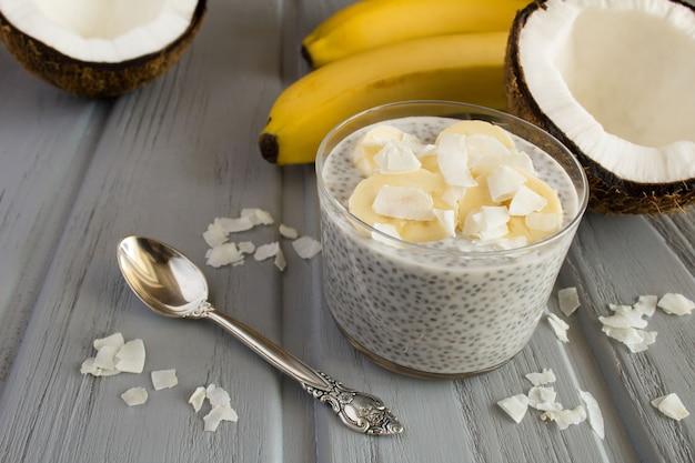 Pudim com leite de coco, cchia e banana na madeira cinza