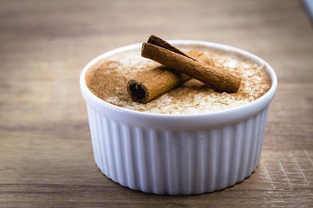 Pudim de arroz cremoso polvilhado com canela, sobremesa típica brasileira.