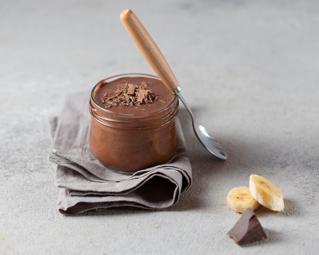 Pudim de banana e chocolate de alto ângulo