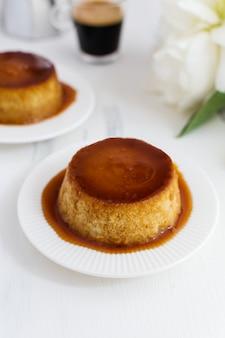 Pudim de caramelo, sobremesa de crema catalana na mesa de woden branco