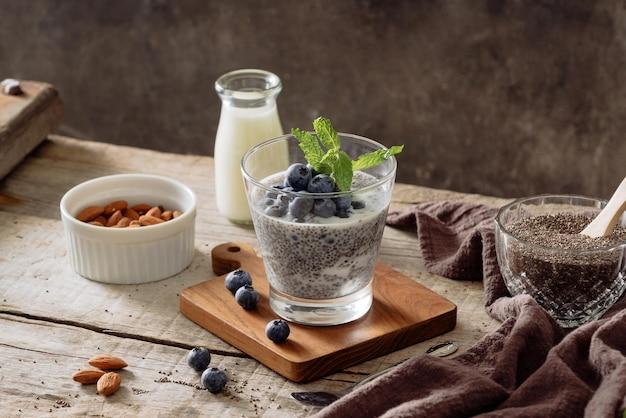 Pudim de chia com frutas e leite, sobremesa doce e nutritiva, conceito de superalimento de café da manhã saudável