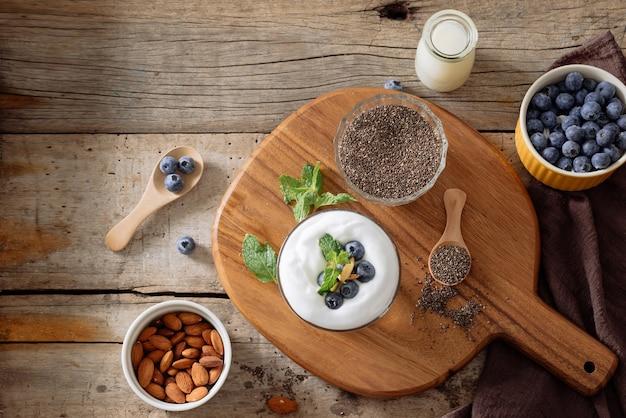 Pudim de chia com frutas frescas e leite de amêndoa. conceito de superalimento. dieta alimentar vegana, vegetariana e saudável com produtos orgânicos