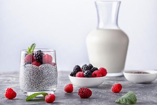 Pudim de chia com leite de coco e frutas vermelhas