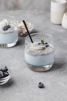 Pudim de chia com leite de coco, framboesa, alecrim, lascas de coco e espirulina azul