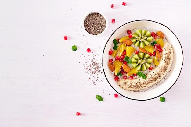 Pudim de chia delicioso e saudável com sementes de banana, kiwi e chia.