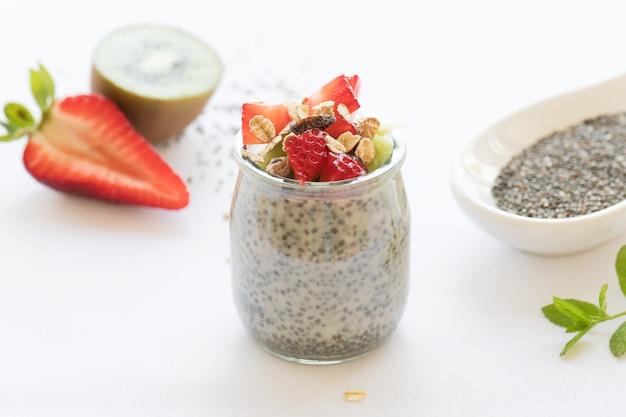 Pudim de chia vegan saudável em uma jarra com frutas frescas