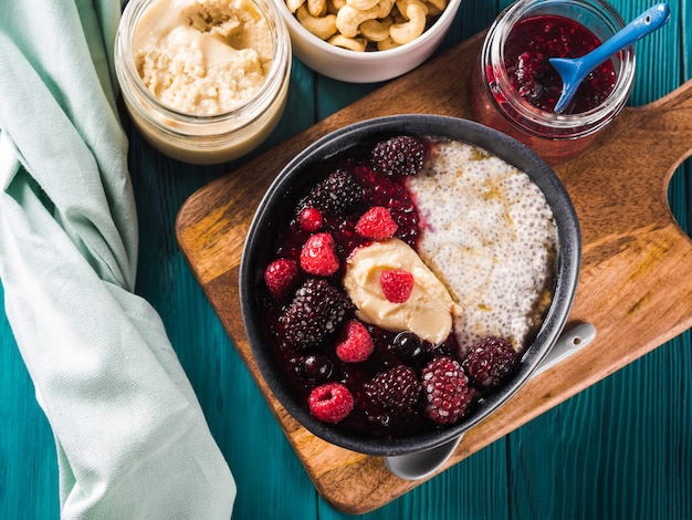 Pudim de chia vegano com frutas e manteiga de amêndoa