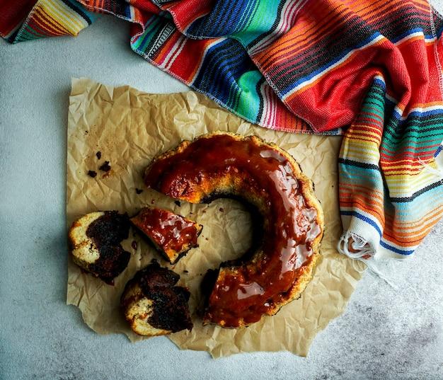 Pudim de chocolate, chocoflan mexicano, bolo de biscoito de chocolate e pudim de creme de caramelo com molho de caramelo por cima, na mesa de madeira escura te