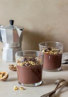 Pudim de chocolate com noz. café da manhã. sobremesa.
