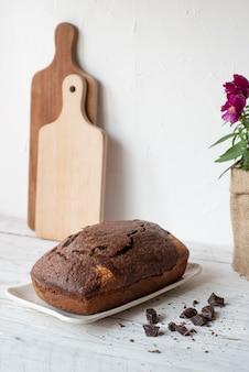 Pudim de chocolate em mesa de madeira