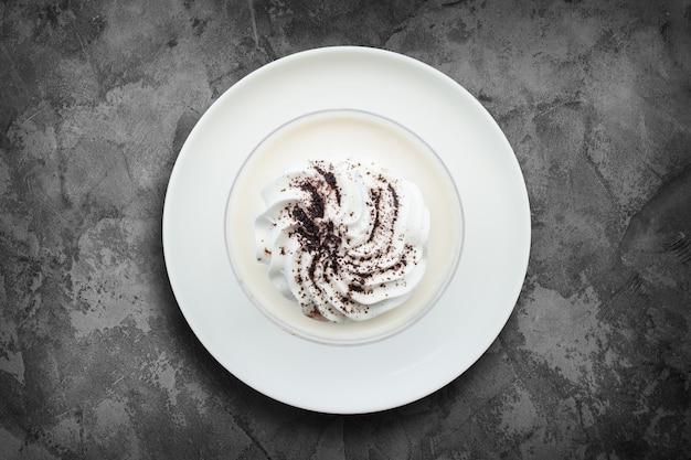 Pudim de leite delicioso com chocolate ralado na superfície do grunge