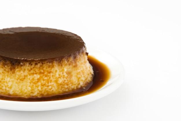 Pudim de ovo isolado de caramelo
