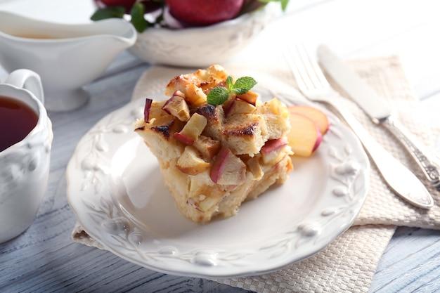 Pudim de pão delicioso com maçã no prato