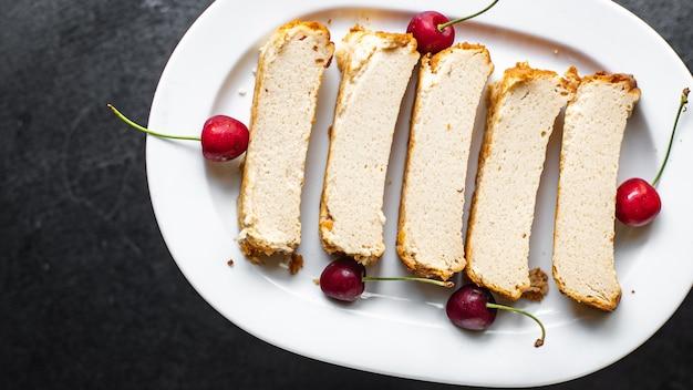 Pudim de queijo cottage, bolo de leite na mesa refeição lanche cópia espaço comida fundo
