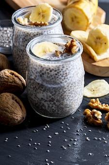 Pudim de semente de chia apetitoso, saudável e refrescante com mirtilos frescos e folhas de hortelã