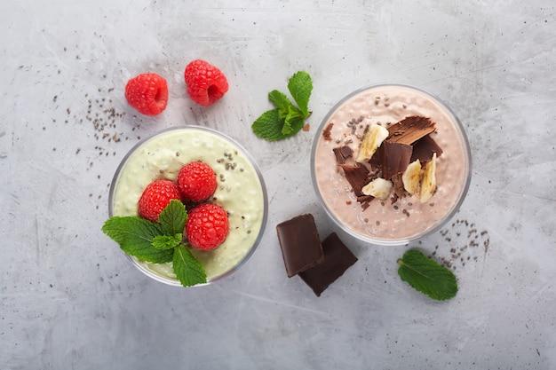Pudim de sementes de chia com três sabores, cacau, matcha e morango com iogurte, chocolate e folhas de hortelã, postura plana