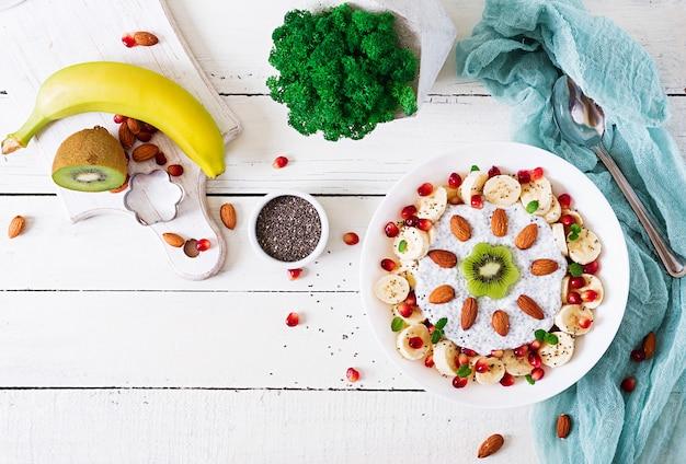 Pudim de sementes de chia de leite de amêndoa vegan com banana e kiwi
