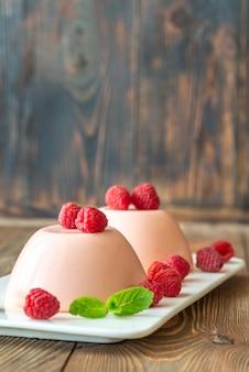 Pudim de sobremesa com framboesas