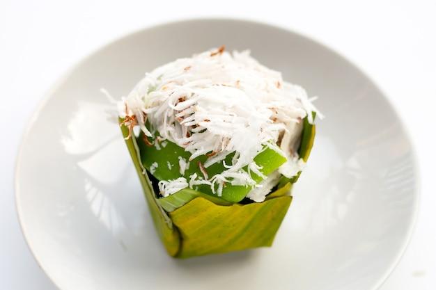 Pudim pandanus em folhas de bananeira com cobertura de coco