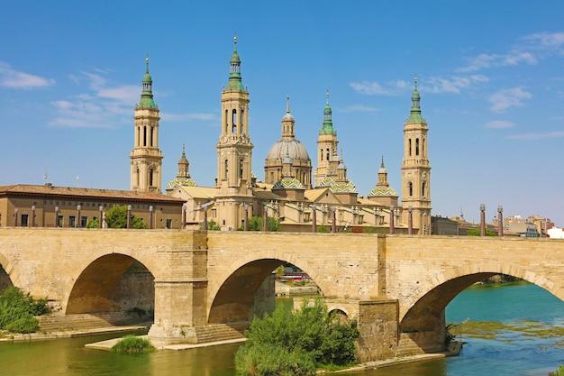 Puente de piedra e catedral basílica del pilar, saragoça, espanha