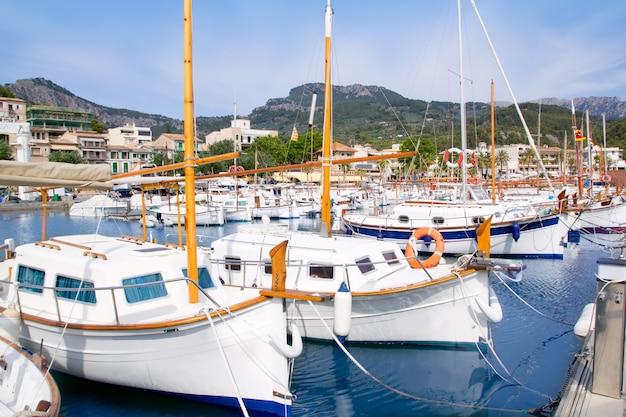 Puerto de soller porto de maiorca com barcos lllaut