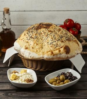 Puf de pão turco em cima da mesa