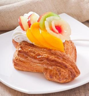 Puff com frutas e chantilly