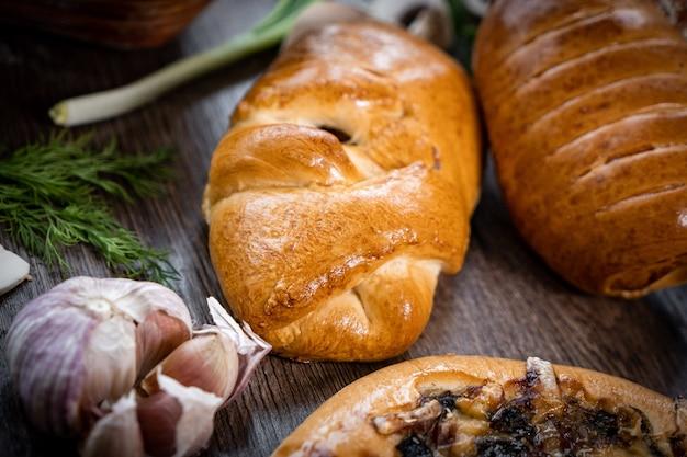 Puffs com espinafre, ovos, cebolinha e queijo polvilhado com sementes de gergelim em superfície de madeira, foco seletivo