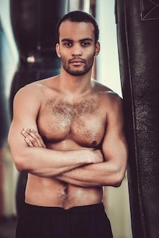 Pugilista afro-americano considerável com torso desencapado.