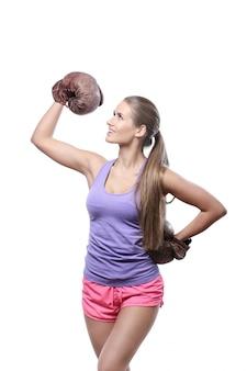 Pugilista feminina atraente com luvas de boxe
