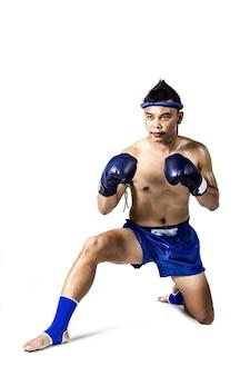 Pugilista tailandês com ação de boxe tailandês, isolado no fundo branco