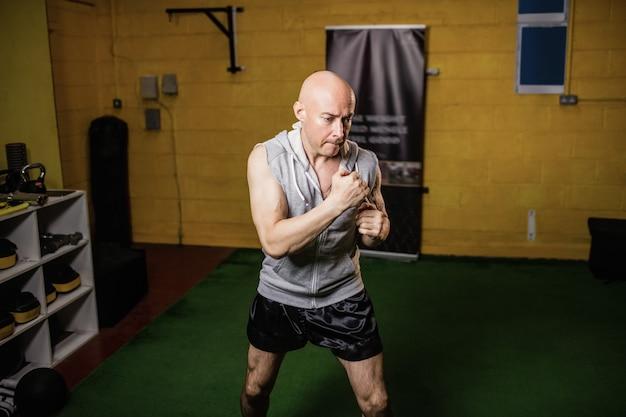 Pugilista tailandês praticando boxe